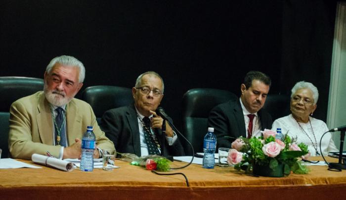 De izquierda a derecha los doctores Darío Villanueva, director de la RAE, Rogelio Rodríguez Coronel, director de la ACUL; Francisco Javier Pérez, Secretario General de la Asale, y Margarita Vásquez, directora de la Academia Panameña de la Lengua. Foto: Yander Zamora