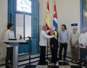Dr. Eusebio Leal, académico de nuestra institución, con la Gran Cruz de la Orden Isabel la Católica